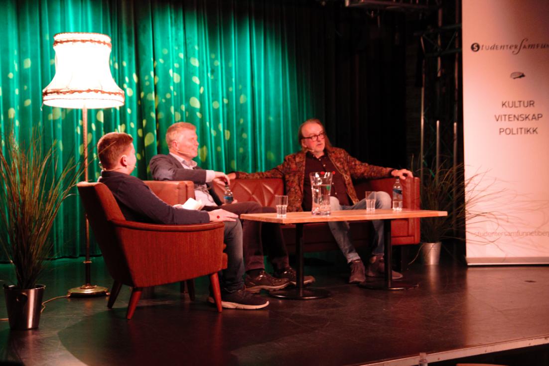 Ola Grytten og Ove Jakobsen i samtale med Erik Sæther. Foto: Torstein Busaker/ Studentersamfunnet i Bergen